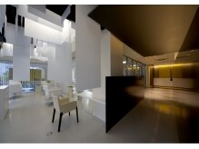 ファムイツカイチ(femme ITSUKAICHI)の雰囲気(セット面とシャンプー・受付スペースは別空間に。)