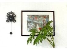 美容室カミカゼイチイチゴ(kamikaze115)の雰囲気(版画家IKUTOMO・KUROGI画伯の作品。通りやんせ。)