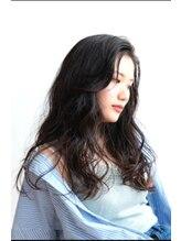 ゴーゴーゴーテート ライト(555tete Light)エアリーな毛束感で女らしさを出したウェーブスタイル