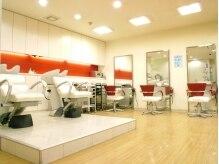サロンドノーブル(salon de noble)の雰囲気(白と赤を基調とした開放感のあるサロン空間。)