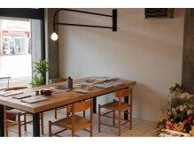 プラスワンイルマーレ(+1)の雰囲気(ゆったり座れるダイニングテーブルの待ち合い!)
