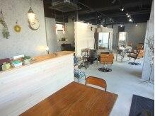 リヴレの雰囲気(カフェのようなお洒落な店内です♪)