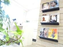 ステラ ヘアモード 新長田店(STELLA hair mode)の雰囲気(白とウッドで統一されたシンプルな空間♪優しい緑も在りますよ☆)