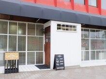 カパコ サロン(CUPECO Salon)の雰囲気(ガラス張りに白い壁、木目のドアと黒いテントが目印です。)