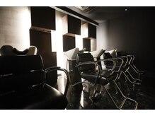 ヘアーリゾート ラヴィニール 新宿東口店(Hair Resort L´avenir)の雰囲気(ライトダウンされた落ち着きのあるシャンプーブース新宿三丁目)