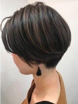 エリカ(erica)の写真/白髪をカバーする、活かすなど貴方らしさを表現してもっとお洒落を楽しく!!品のある上質なスタイルに♪
