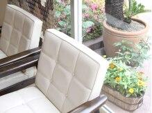 レプティ(REPTI)の雰囲気(待ち合いスペースの白いソファはゆったり寛げます。)