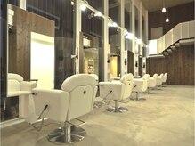 ヘアーアンドエステティック ヴェリス(hair&esthetic Velis)の雰囲気(天井が高くゆったりとした雰囲気の店内♪)