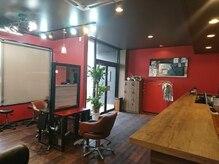 ヘアー デザイン グランツ くまなん店(Granz)の雰囲気(赤基調の落ち着いた店内です。)
