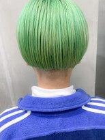 ペールグリーン、刈り上げ女子。ベリーショート、黄緑カラー