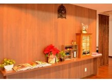 ヘアーズアンブル(hair's Amble)の雰囲気(木のぬくもりを生かしたカフェのような空間です)