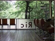 ヘアー リック 武蔵境南口店(Hair Ric)の雰囲気(春は桜、秋はイチョウで彩られる大きな窓)
