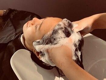 トリコ ショップアンドヘアサロン(tricot shop hair salon)の写真/【表参道駅30秒】リモートワーク疲れで凝り固まった頭皮に、力加減抜群のマッサージで至福のひとときを…♪