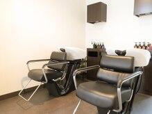 ヘアリライアンスウナ(hair reliance Una)の雰囲気(ゆったり広々のシャンプー台は半個室で周りの目が気にならない。)
