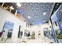 シキブブルートリップ(SIKIBU Bluetrip)の雰囲気(天井までなんと7メートルもある開放的な店内!!)