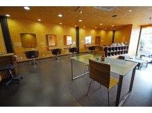フィールド ヘアー スペース(Field Hair space)の雰囲気(隣の席との間隔がゆったりとした広い店内。)