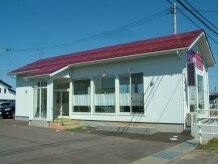 カットワン 新通店(Cut ONE)の雰囲気(白い壁に赤い屋根、開放的な大きな窓が特徴です!)