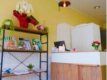 グランディール(Gran Dir)の雰囲気(受け付け周りには本棚や頂いたお花を飾っています!)