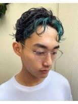レコ(LECO)前髪にターコイズのハイライトを入れた遊び心のあるメンズヘア