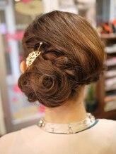 キーナ(Organic Hair KI-NA)薔薇のようなシニヨンと編み込み