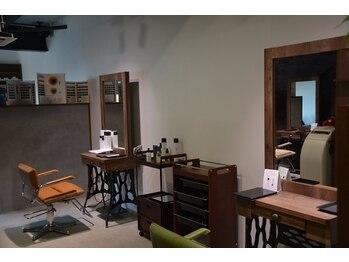 スリークス(3Cs)の写真/15坪の空間を贅沢に使ったシンプルでスタイリッシュ…なのに落ち着く空間!広々店内で至福のサロンtimeを♪