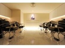アローズ アヴェダ 札幌パルコ店(HELLO'S AVEDA)の雰囲気(ライトダウンしたシャンプー台!スパ用完全個室もあります!)
