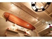 マハロア ラニ 新宿西口(MAHALOA lani)の雰囲気(サーフボードは世界でも有名なプロサーファーからの贈り物!!)
