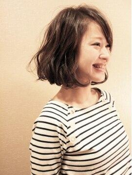 ホームベース顔女子に似合う髪型・アイテム・メイク方法