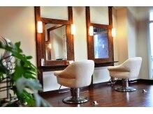 ヘアー ラグ(Hair rug)の雰囲気(木の温もりと緑を感じる広々店内。落ち着いた雰囲気が人気♪)