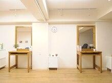 アノーヘアー(anneau hair)の雰囲気(木を基調とした店内。空間も素材の美しさを大切に考えます。)