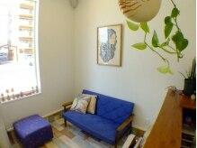 グラッシー ヘア ルーム(Glassy hair room)の雰囲気(飾られているのはなんとオーナーが描いた絵!)