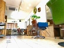 フュー(phew)の雰囲気(木と緑と、色と形の違う一脚ずつの椅子♪)