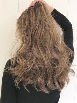 デフ(def,)の写真/暗くなりがちな白髪染めの概念が変わる…。ポジティブに白髪を活かして、ヘアカラーを楽しみましょう◎