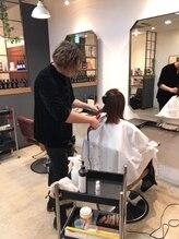 他店の美容室で美容師さんに「ヘアケア」をしながらヘアデザインを作る講習などもさせて頂いております。