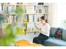 フィーカ(fika)の雰囲気(たくさんの本に囲まれた空間でゆったりとお過ごしいただけます。)