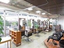 ヘアーメイク ヨーク(hair make yohc)の雰囲気(外光が降り注ぐので、気持ちがいい店内です。緑も見えますよ。)