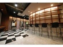 エッセンシュアルズ バイ トニー アンド ガイ 梅田茶屋町店(essensuals by TONI&GUY)の雰囲気(まるでカフェのようなバーカウンターで今後のアフターフォローを)