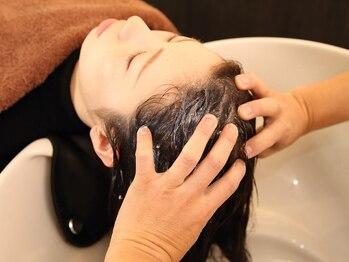 ヘアーデザイン サヴロ(HAIR DESIGN SAVRO)の写真/人気の《NESPA¥3240》がオススメ!フルフラットのシャンプー台でリラックスしながら頭皮と髪をケア◎