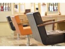 ヘアーメイク ミスティ(hair&make misty)の雰囲気(隣の席との間隔も広く、ゆったりとできますよー♪)