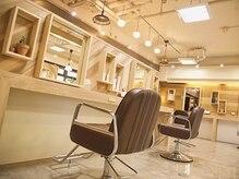 ヘア プロデュース キュオン(hair produce CUEON.)の雰囲気(お席は隣同士にゆとりがあり、ゆったりとしたセット面です。)