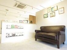 ヘアサロン コレハ(hair salon CoReha)の雰囲気(本棚のあるゆったりとした待合室です☆お席にお待ち頂けます♪)