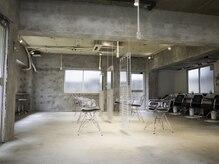 サン(SAN)の雰囲気(シンプルで広々した贅沢な空間。ゲストと髪が空間の主役。)