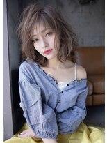 プラウド前髪と顔まわりが可愛いミディアムスタイル