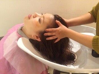 カロンアピール(CARON ap-peal)の写真/個室ありが嬉しい☆癒し効果のあるアロマや音楽を聴きながらリラックスして頭皮のコリをほぐしてくれる!