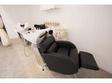 レガシーヘアーデザイン(Legacy hair design)の雰囲気(低め椅子で乗り降りしやすく楽な姿勢でシャンプーできます。)