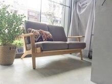ミクロ(Micro)の雰囲気(カット席待合席など随所に置かれた北欧家具が落ち着く空間を演出)