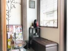 """ウェイポイントヘア(WAYPOINT HAIR)の雰囲気(ゆったりとした待合室は""""雑誌やコーヒー""""で一息つける☆)"""