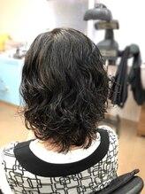 理学美容院ひで《大人女性》黒髪パーマでくびれセミディ