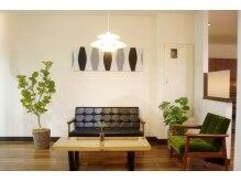フラワーエミュウ 蕨東口(Flower emue)の雰囲気(待合スペース、家具や雑貨に自信あり)