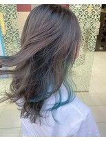 ブルーカラーのイヤリングカラーミディアムヘア